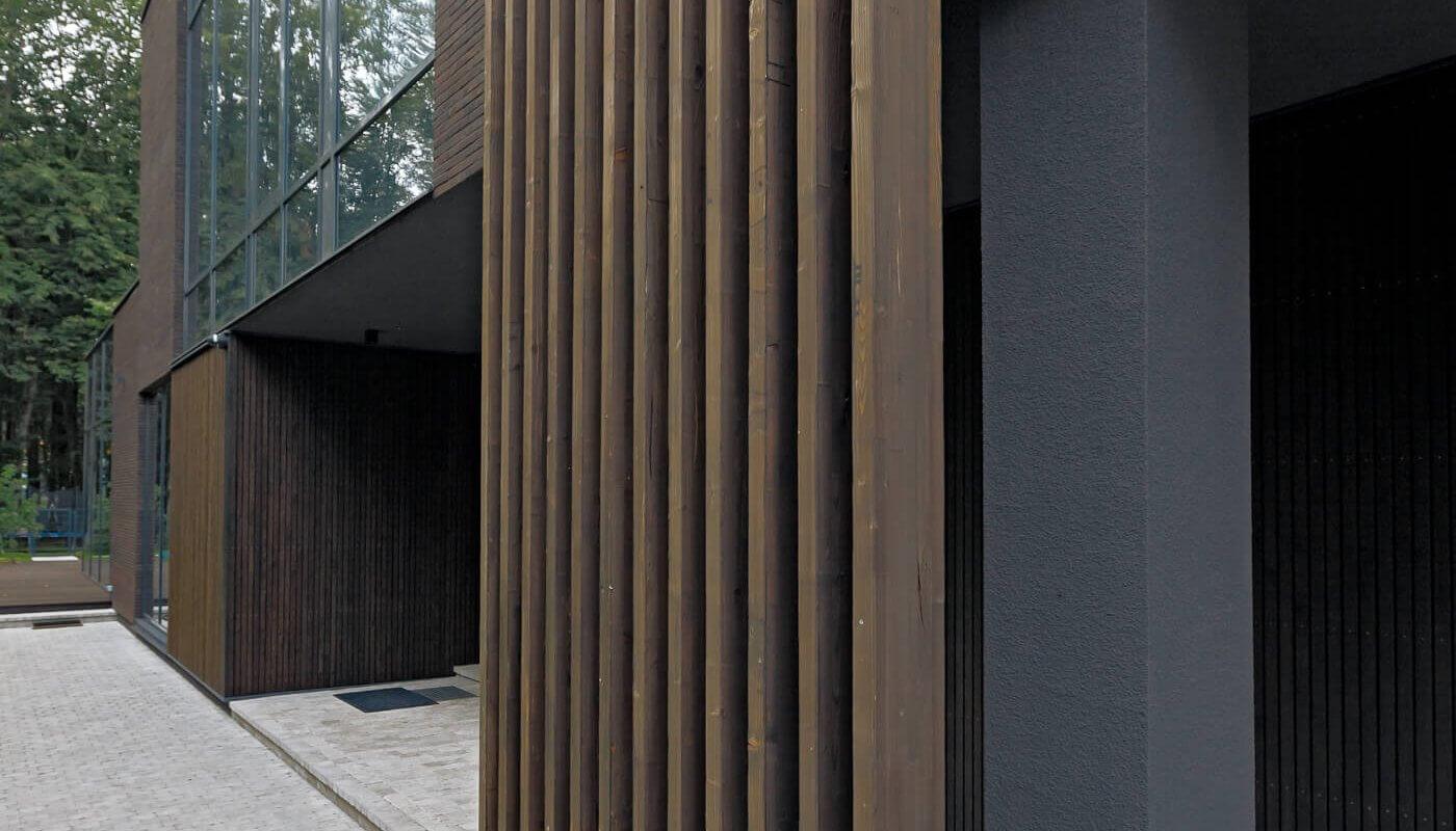 Individualus gyvenamasis namas su degintos medienos fasadu