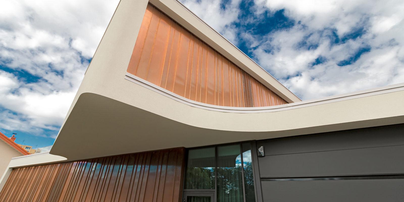 Individualus gyvenamas namas su variniu fasadu