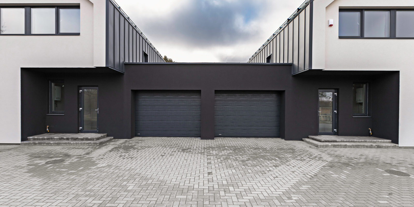 Dviejų butų gyvenamasis namas su garažais